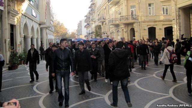 Gənclər «Fəvvarələr meydanı»nda aksiya keçirdi