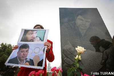 Elmar Hüseynovsuz 10 il – jurnalistin məzarı başında aksiya - VIDEO