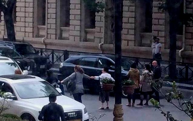 Qadınlar Bakı Meriyasının qarşısındakı yolu bağladılar - FOTO