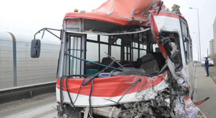 Bakıda iki avtobus toqquşdu: yaralılar var