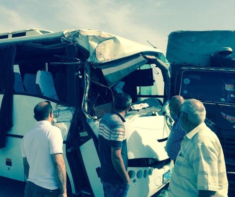 Sumqayıtda dəhşətli qəza: yük maşını sərnişin avtobusuna çırpıldı - FOTO