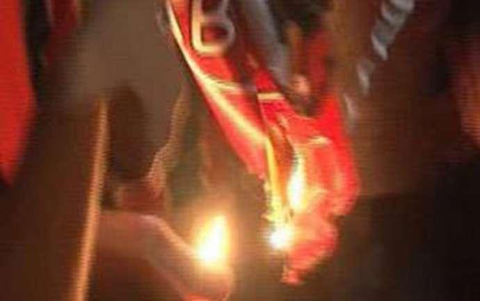 """""""Qalatasaray"""" bayrağı yandırıldı - VİDEO"""