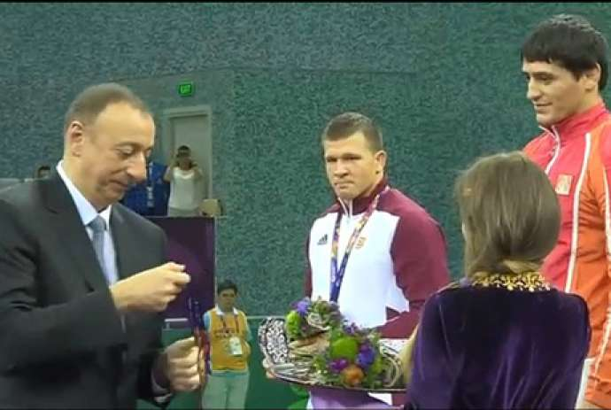 İlham Əliyev ona hərbi salam verən çempionumuza medal verdi - FOTOLAR
