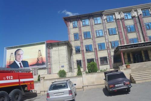 şəmkirdə sökülən bina2