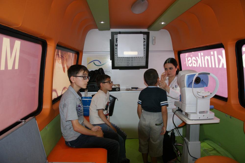 Azercell-in Mobil Göz Klinikası yay aylarında yüzlərlə insanı pulsuz müayinə edib