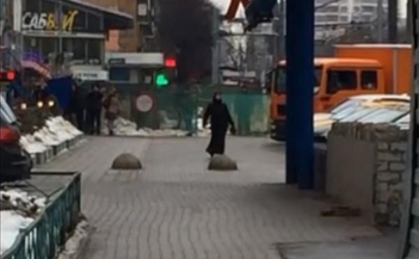 Moskvada əlində kəsilmiş uşaq başı olan qadın saxlanılıb