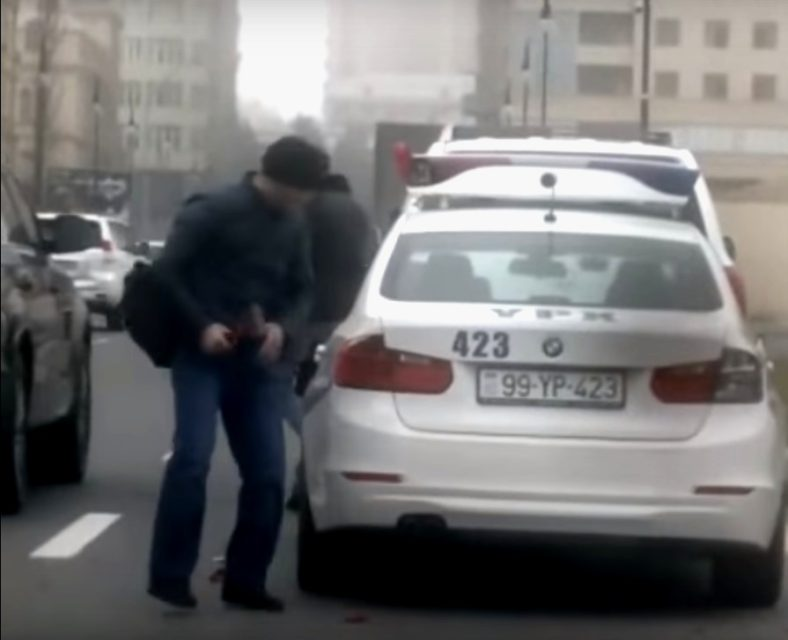 """Yol polisinin avtomobilini əzdi, ona qarşı """"narkotika"""" ittihamı irəli sürüldü- FOTO/VİDEO"""