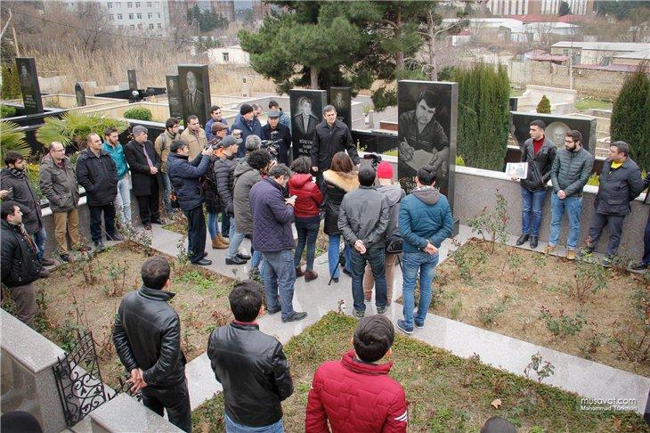 Elmar Hüseynov məzarı başında anıldı