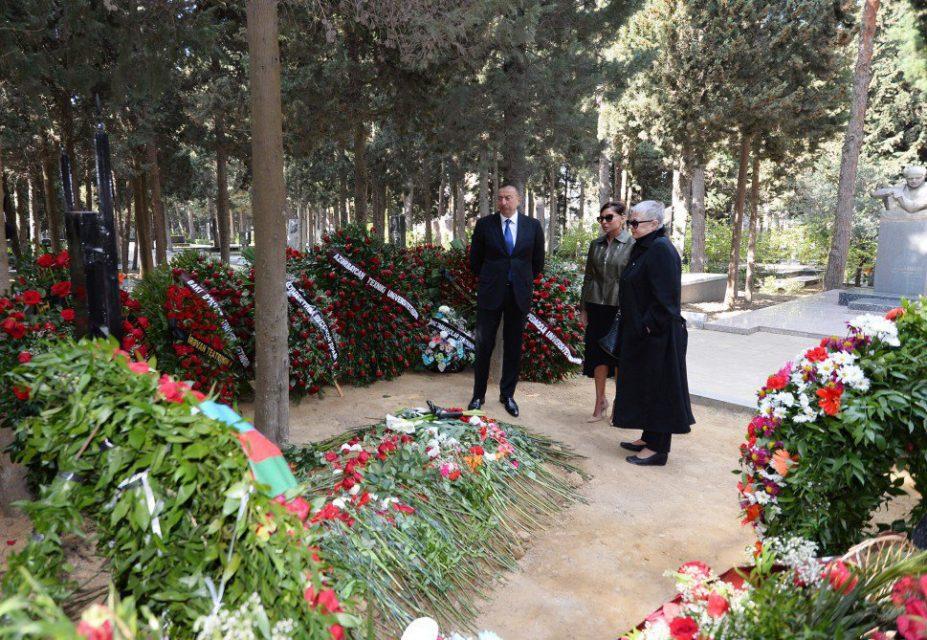 Prezident İlham Əliyev və xanımı yazıçının məzarını ziyarət etdi –FOTO