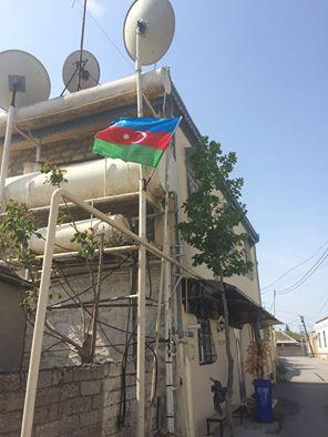Əməkdar artist ona hədiyyə verilən bayrağı evinin damına asdı-FOTO