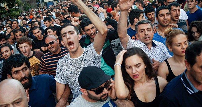 Yerevanda etiraz dalğası: Nalbandyanın və hərbi elitanın istefası tələb olunur