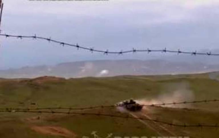 """""""Erməni əsgərlərin qaçması üçün """"T-72″ tankı atəş açdı, Azərbaycan PUA-sı tankı vurdu"""" –Rus jurnalisti (VİDEO)"""