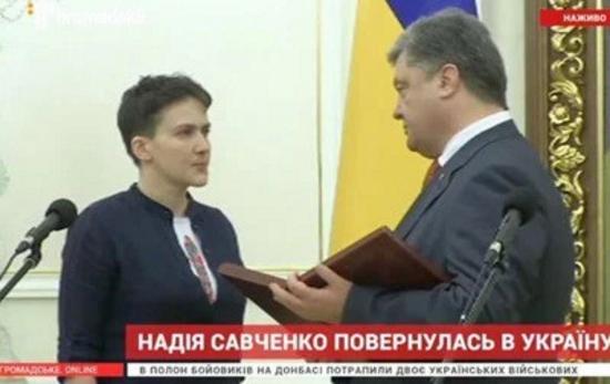 «Savçenkonu qaytardığımız kimi, Krımı və Donbası da geri alacağıq!» - Poroşenko ukraynalı pilotu təltif etdi