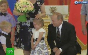 Dünyanı ağladan Putin ağlayan uşağı sakitləşdirə bilmədi-VİDEO