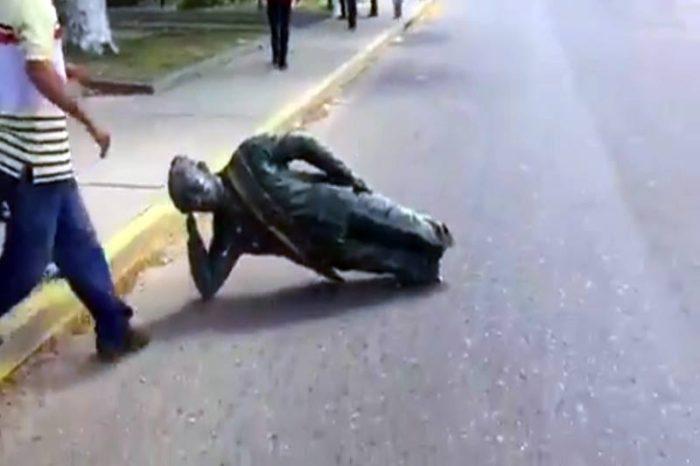 Venesuelada Uqo Çavesin heykəlini yıxdılar