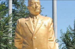 Deputat atasına heykəl qoydu və yalan danışdı