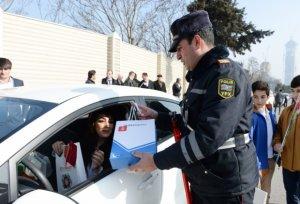 Yol polisi Bakıda nümunəvi xanım sürücüləri mükafatlandırdı