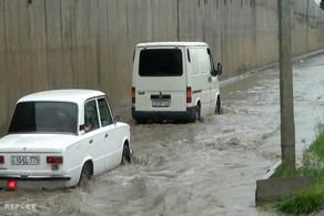 Goranboya yağan güclü yağış maşınların hərəkətində problem yaradıb - FOTO