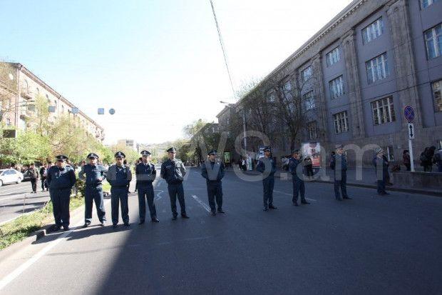 İrəvanda Serj Sarkisyanın baş nazir təyinatına etiraz edən nümayişçilər mərkəzi küçələri bağlayıb