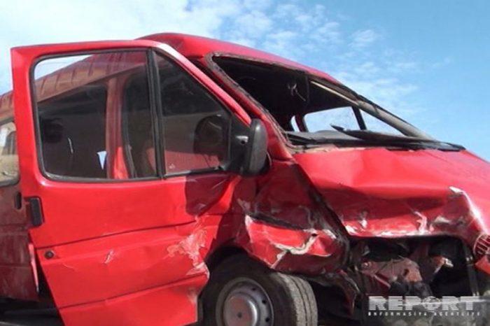 Mikroavtobus qəzaya düşüb, 15 nəfər yaralanıb